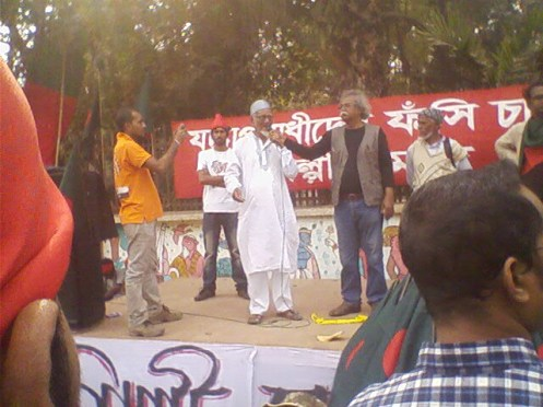 Freedom Fighter Mosharraf Hossein expresses his solidarity with the protesters at the Artists' stage in front of Institute of Fine arts.