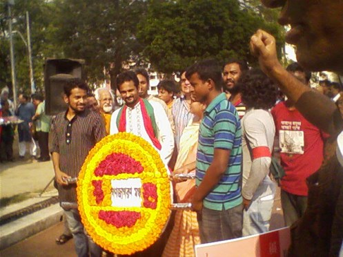 Leaders of Shahbagh movement lay wreath at his coffin